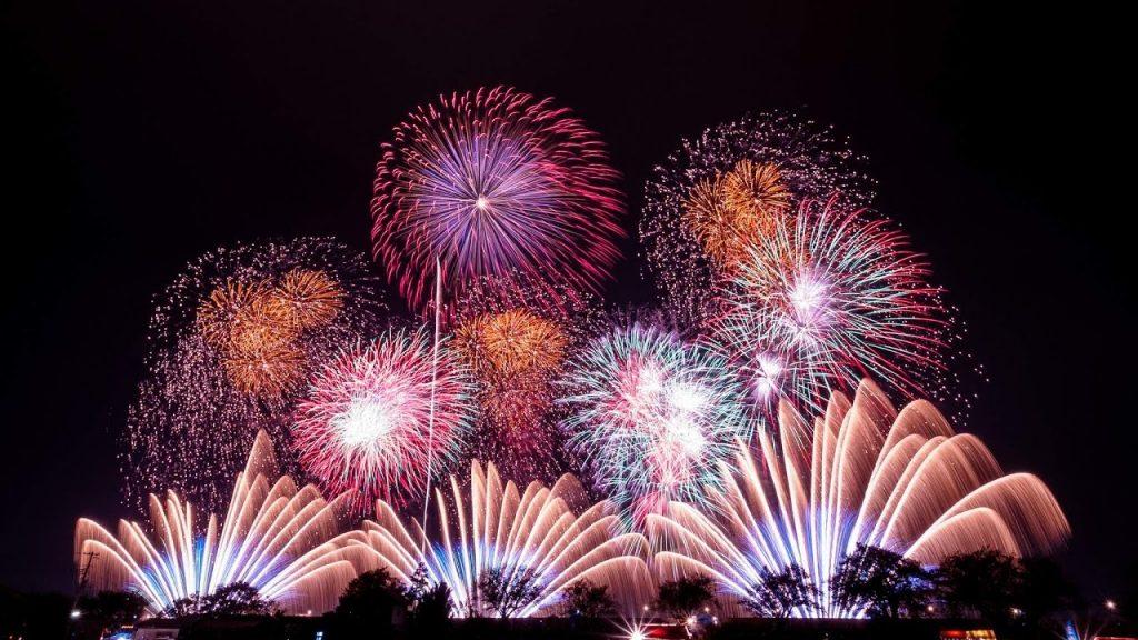 Màn bắn pháo hoa tại sự kiện chào mừng 60 năm giải phóng thủ đô tại Vinhomes Riverside Long Biên